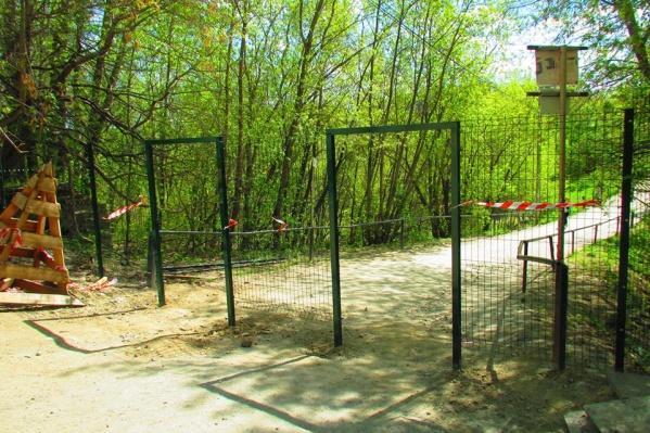 Парк Маяковского огораживают забором с калитками.