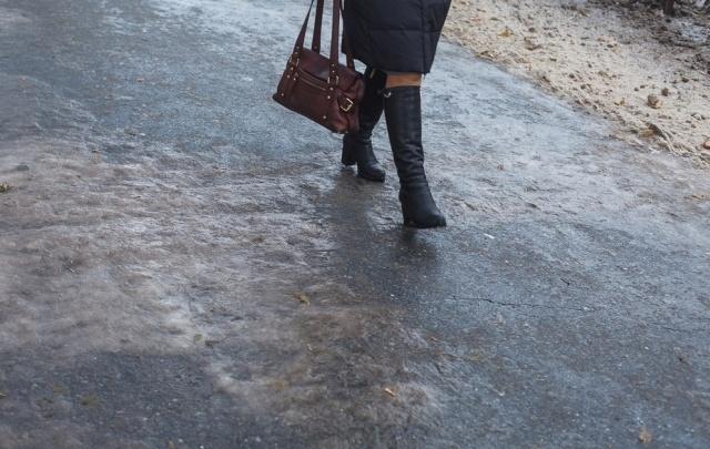 Тюменская УК выплатит компенсацию пенсионерке, упавшей на скользком тротуаре
