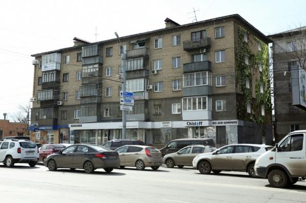 Зелёными лианами планируют украсить торец дома № 26 на Свердловском проспекте