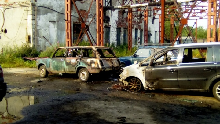 Пожар на штрафстоянке в Архангельске повредил шесть автомобилей и мотоцикл