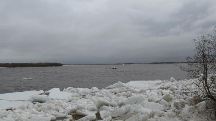 Густой ледоход проходит по Маймаксе