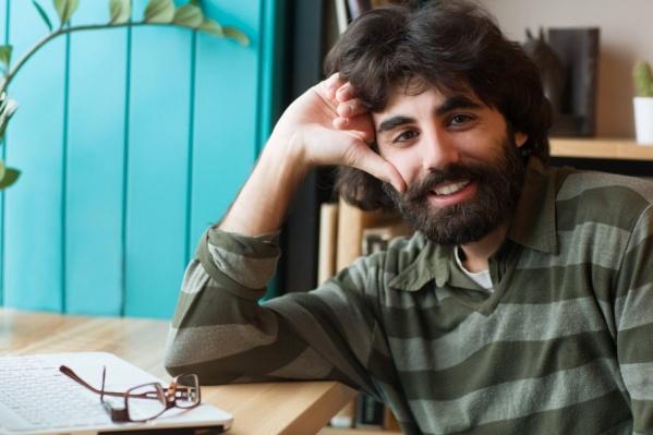 Хорен Григорьян трудится в школе учителем
