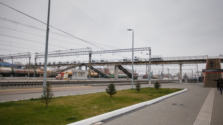 На тюменском вокзале погиб пассажир: сумка зацепилась за рельсы, утащив владельца под колеса поезда