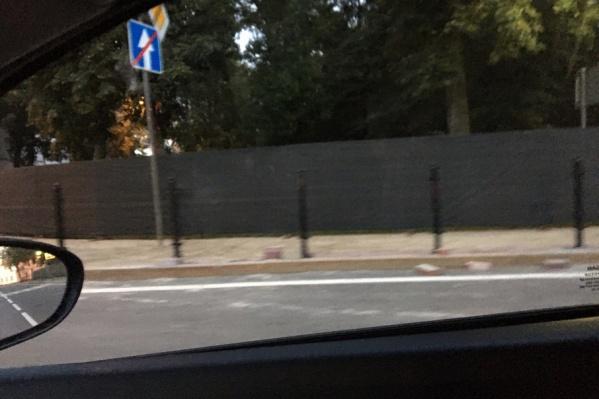Сквер скрыли за железным забором