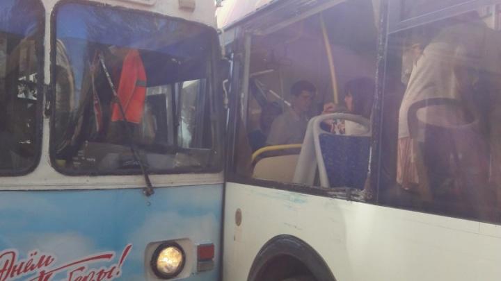 В центре Волгограда девушка поранила лицо в аварии троллейбуса и нового автобуса
