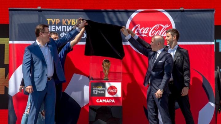 6 кг чистого золота и фильм на куполе: на площади Куйбышева выставили кубок мира FIFA