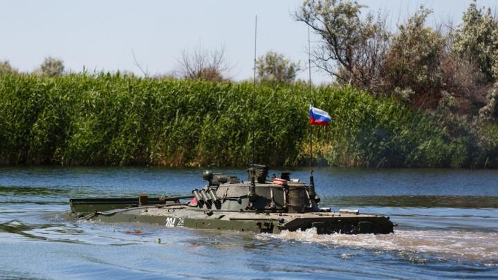 Под Волгоградом военнослужащие начали плавать на танках под водой