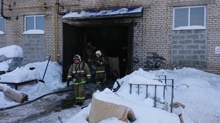 Крупный пожар в Промышленном проезде: спасатели борются с огнём