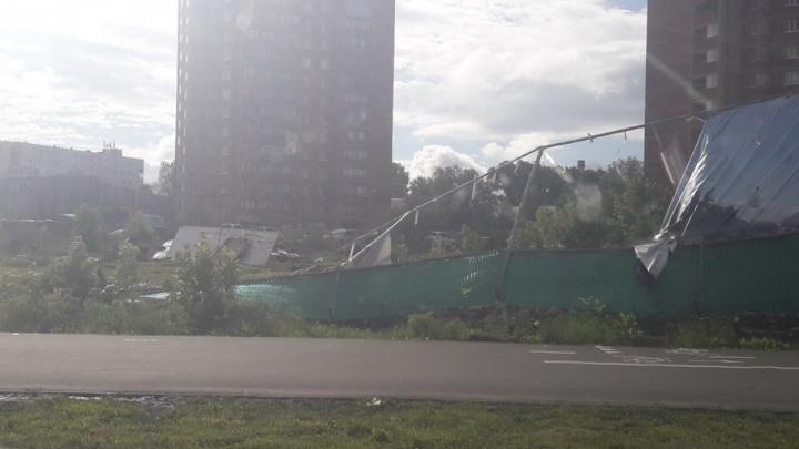 Ураган сломал забор на пересечении Московского шоссе и Потапова