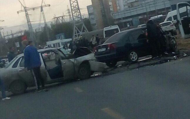 «Не заметил бетонный блок»: в Тольятти лоб в лоб столкнулись «Хонда» и «Приора»