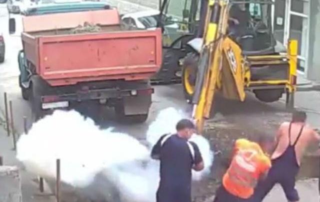 Во время работы ростовских коммунальщиков произошел взрыв