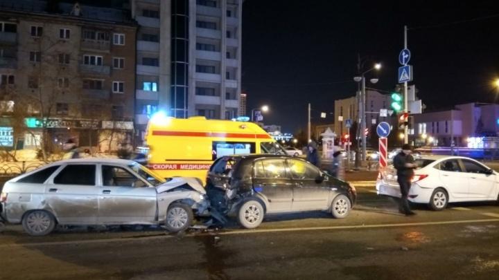 Ночью в центре Тюмени произошло массовое ДТП