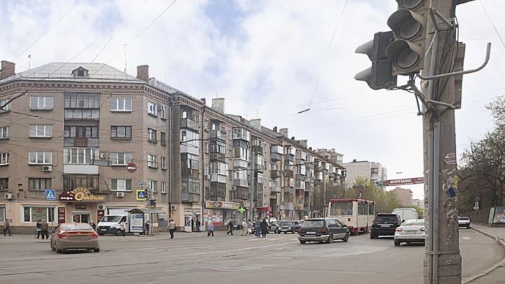 На оживлённом перекрёстке в центре Челябинска потух светофор