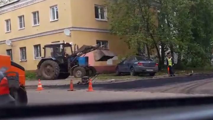 В Ярославле машину, мешавшую ремонту, перетащили на газон трактором: видео