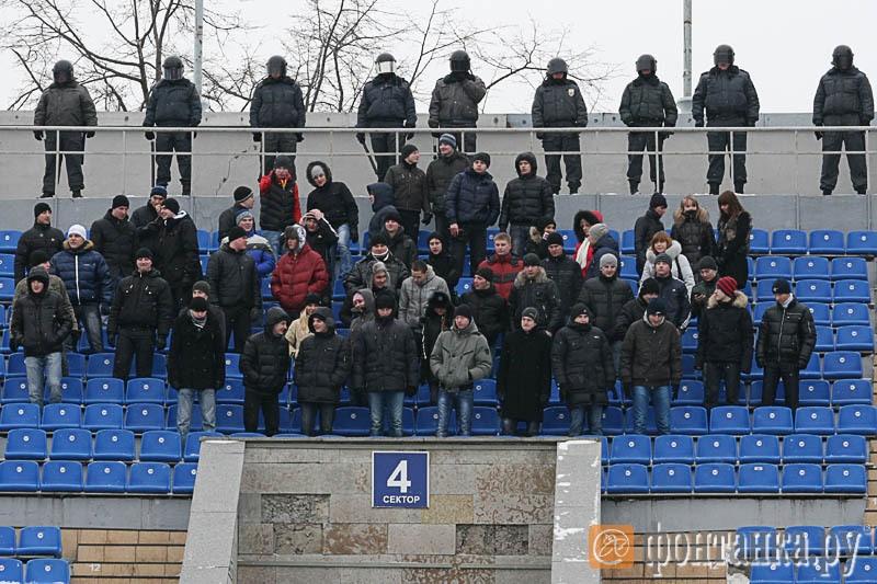 """""""Беспорядки"""" на трибуне стадиона"""