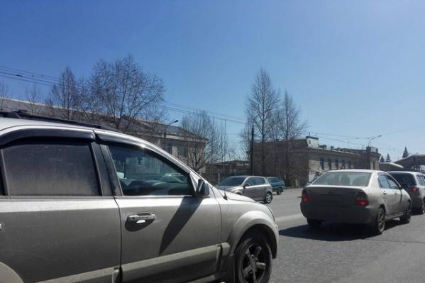 В субботу челябинцы массово отправились на Успенское кладбище, чтобы навести там порядок к Родительскому дню