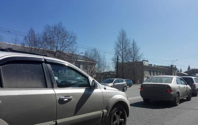 На подъезде к Успенскому кладбищу образовалась серьезная пробка