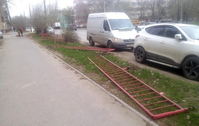 В Тракторозаводском районе Волгограда срезают тротуарное ограждение