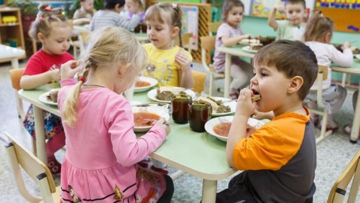 Волгоградцев попросили не морить детей голодом на каникулах