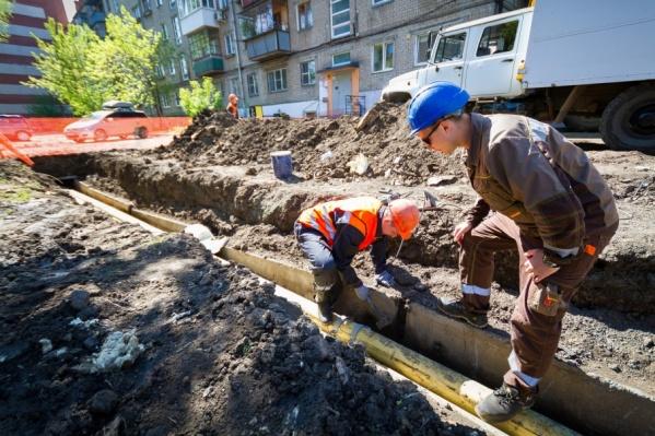 На улице Комаровского продолжаются коммунальные работы