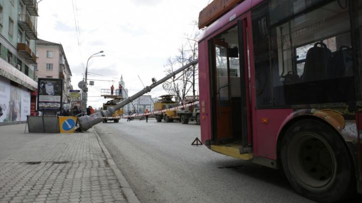 Троллейбус зацепил: смотрим видео с камеры наблюдения, как на Комсомольском проспекте в Перми упал столб