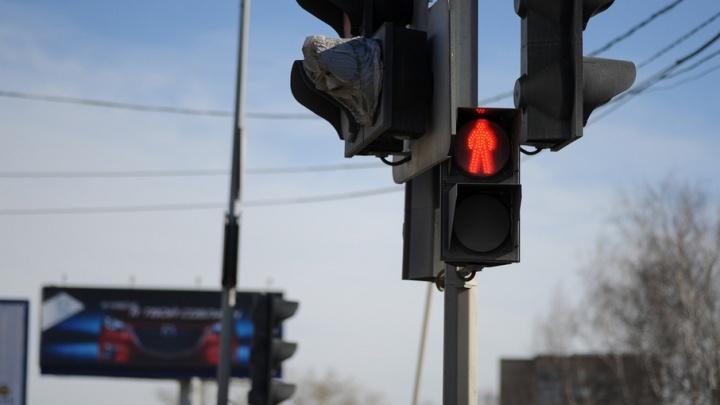 Тюменские железнодорожники отучат водителей проезжать переезды на красный и объезжать шлагбаумы