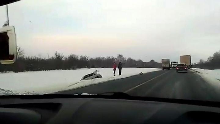 На дорогах гололедица: на трассе М-5 «пятнашка» вылетела в кювет после столкновения с Mazda