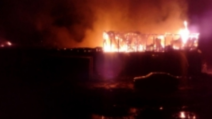 На трассе в Ярославской области полночи тушили пожар в автосервисе