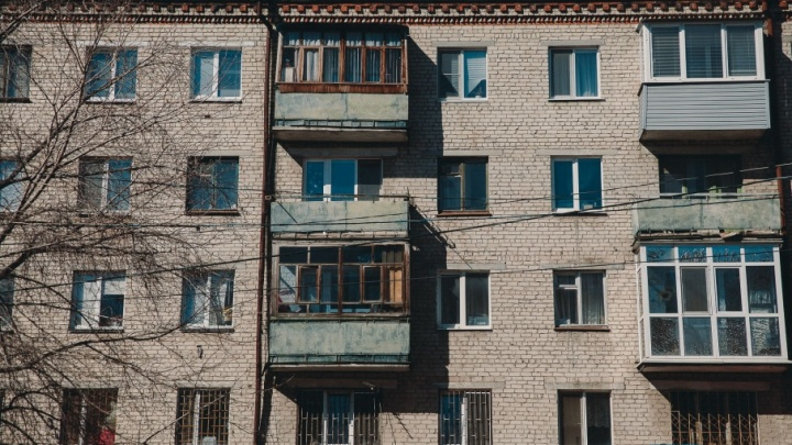 Проверяли свою меткость: два пьяных тюменца стреляли с балкона из пневматической винтовки