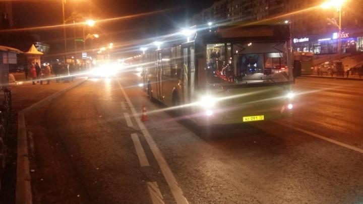 При резком торможении в тюменском автобусе упали и ударились две женщины