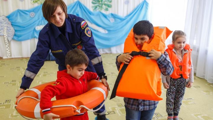 Спасатели готовят детей Волгограда к лету на уроках «Добрая вода»