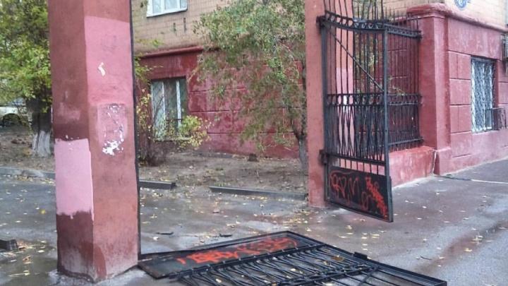 Исторические ворота в центре Волгограда не устояли перед натиском циклона «Гриша»