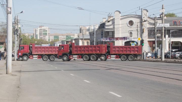 «Весь день насмарку»: жителям центра Челябинска 9 Мая запретили выезжать из дворов