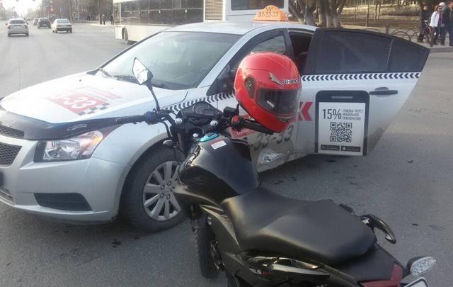 В Тюмени мотоциклист врезался в машину такси