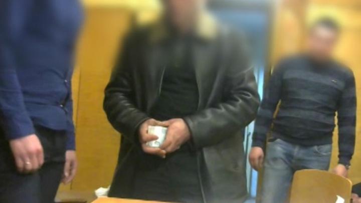 В Самаре мужчина пытался подкупить полицейского и спрятал у него на столе 150 000 рублей