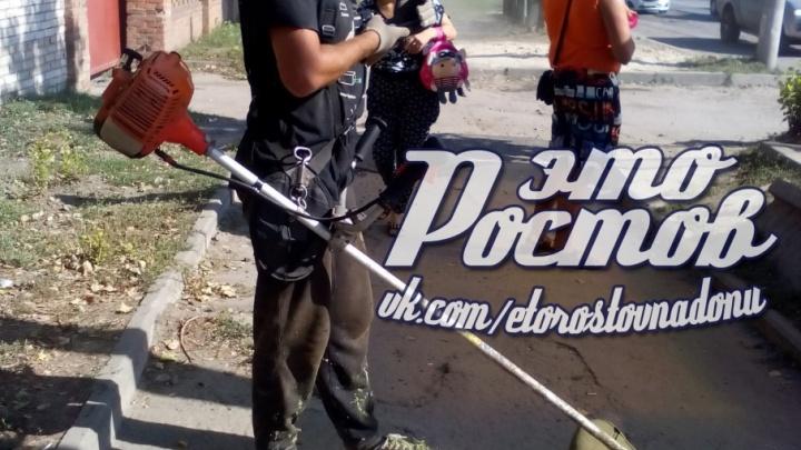 В Ростове сотрудники ЖКХ разбили газонокосилкой остановку