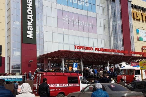 Приехавшие на место происшествия пожарные обследовали здание