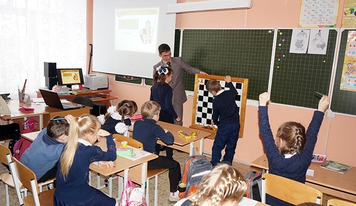 К доске: челябинские школы готовят к обязательному уроку шахмат