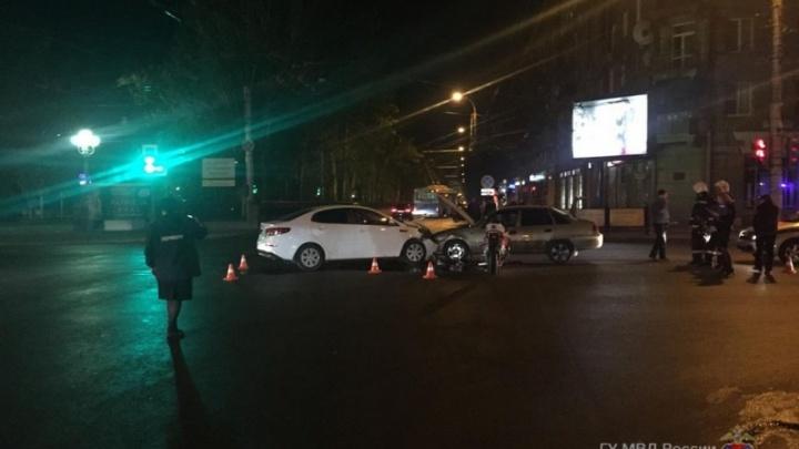 В Волгограде байкер на мотоцикле Honda влетел в иномарку и спровоцировал тройное ДТП