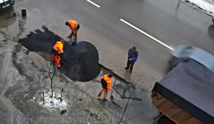 В Ростове на Западном дорожники укладывали асфальт прямо в лужу