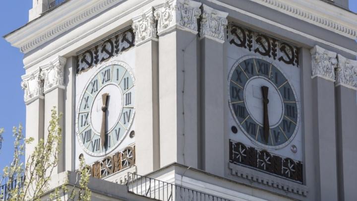 На главных часах Волгограда остановилось время