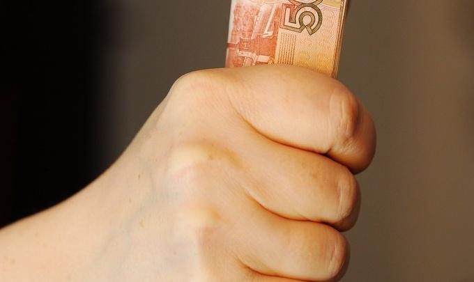 Тюменца поймали в Омске на оплате товаров фальшивыми деньгами