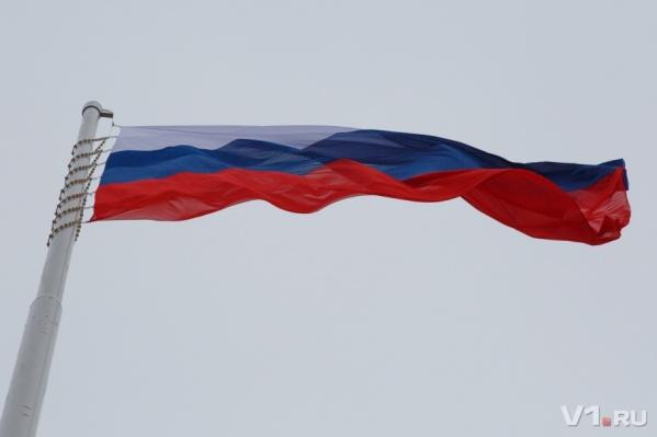 Гигантский триколор реял сегодня над Волгоградом не более часа