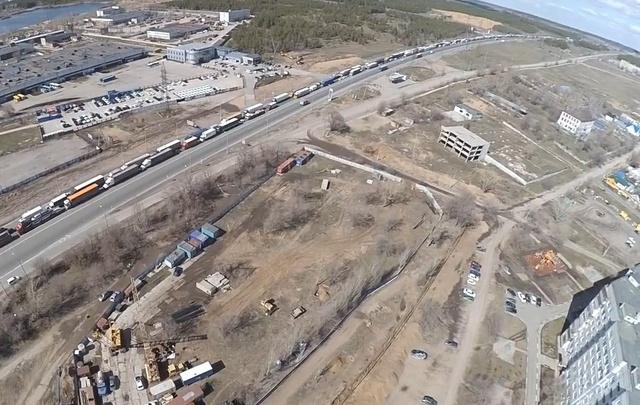Тольяттинский видеоблогер снял многокилометровую пробку к Жигулевской ГЭС с высоты