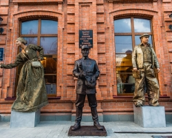 У входа в «Княгининский Двор» установлен памятник кондуктору