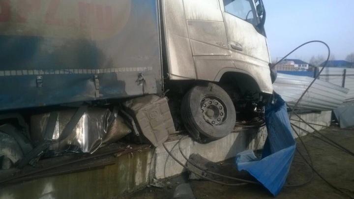 Водитель фуры снёс забор у площадки строительства трёхуровневной развязки в Тольятти