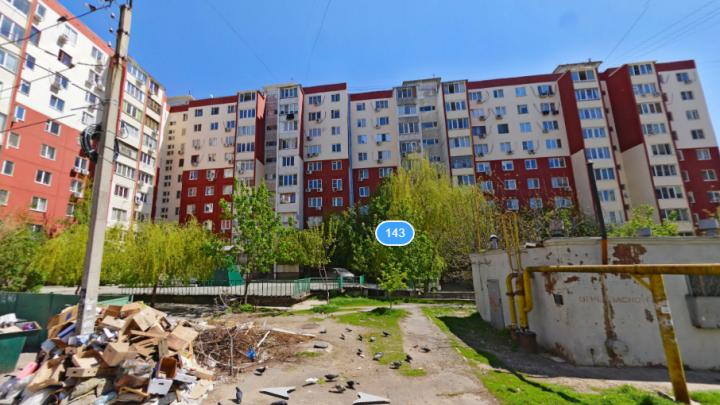 Очевидцы: в одну из ростовских квартир ломятся четверо бандитов
