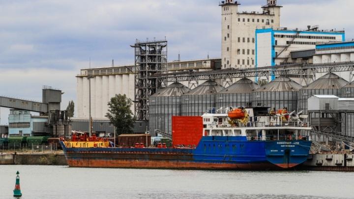 Довели: в Ростове инспектора не выпускали теплоход из порта, пока им не дали денег