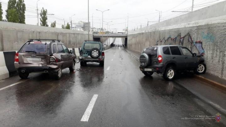 В тоннеле на проспекте Университетском в Волгограде столкнулись три авто