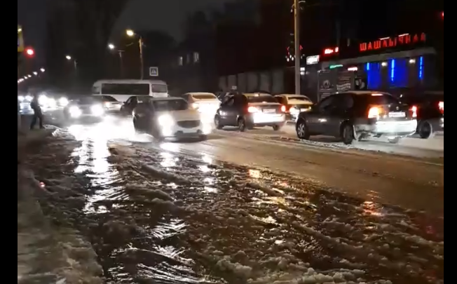 Прорвало трубу: из-за коммунальной аварии улица Казахская превратилась в реку